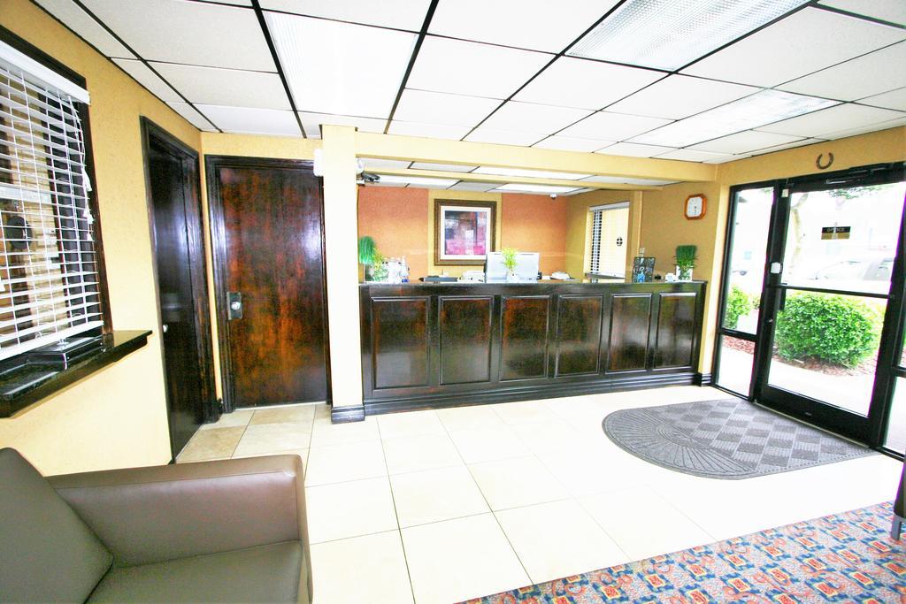 Deluxe Inn Fayetteville - Lobby