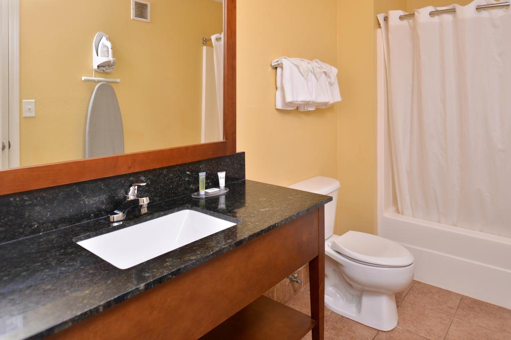 Douglas Inn & Suites - Bathroom