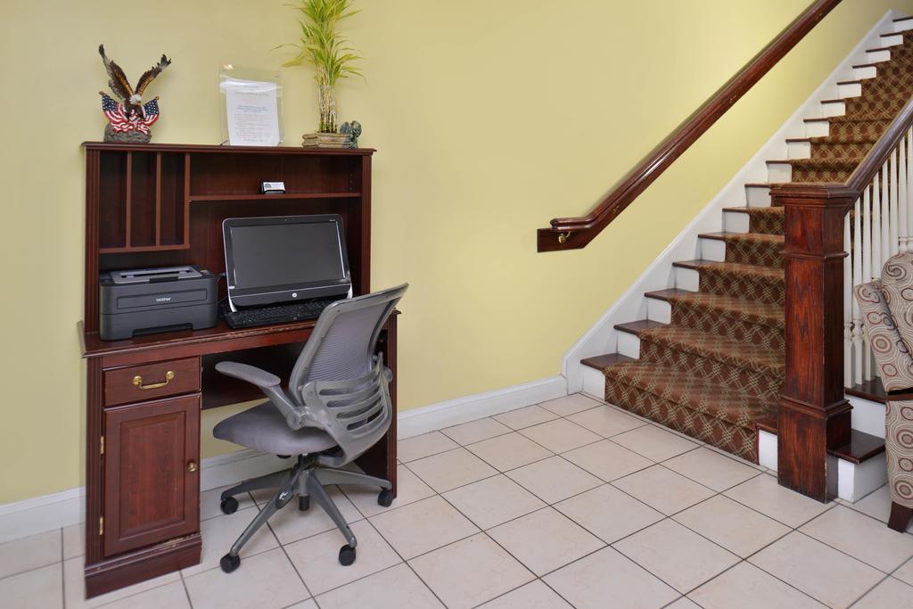 Douglas Inn & Suites - Business Center