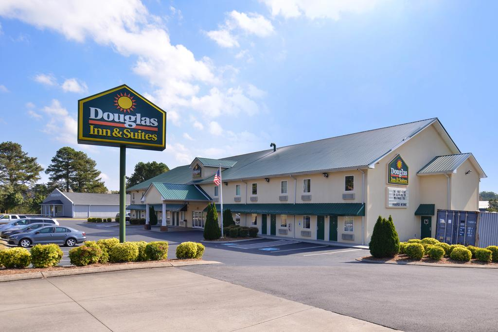 Douglas Inn & Suites - Exterior2