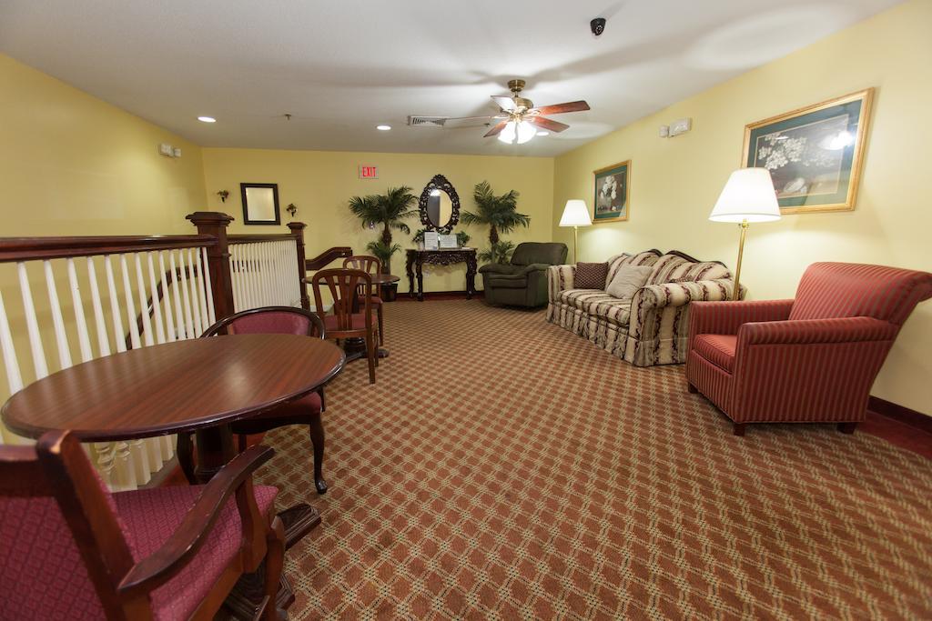 Douglas Inn & Suites - Seating Area