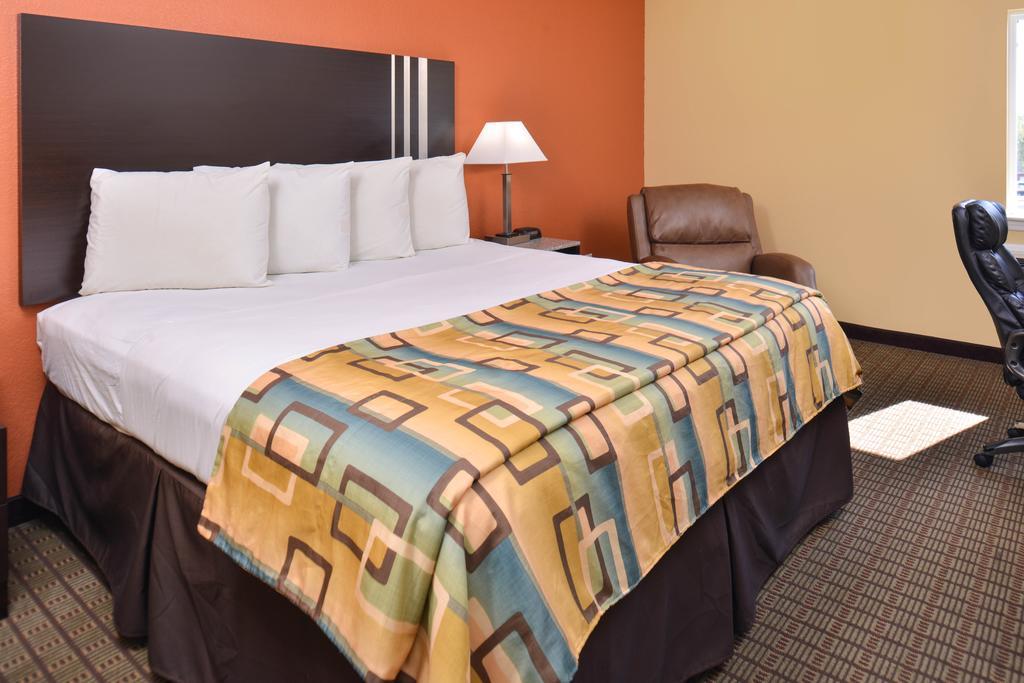 Douglas Inn & Suites - Single Bed Room1