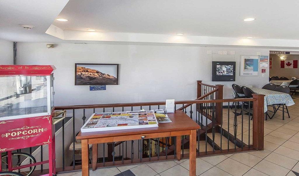Econo Lodge Inn & Suites Drumheller - Lobby Area-2