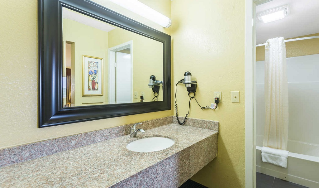 Econo Lodge White Pine - Bathroom