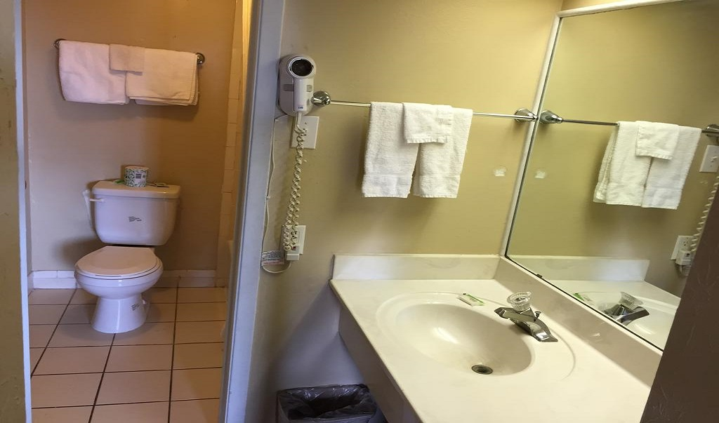 Executive Inn & Suites Beeville - Bathroom