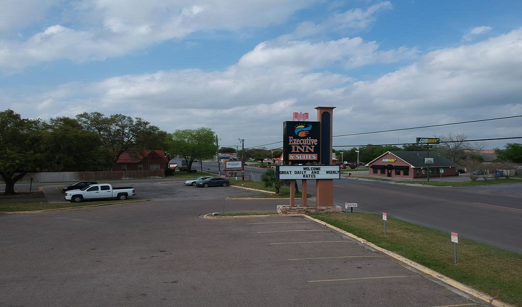 Executive Inn & Suites Beeville - Exterior -2