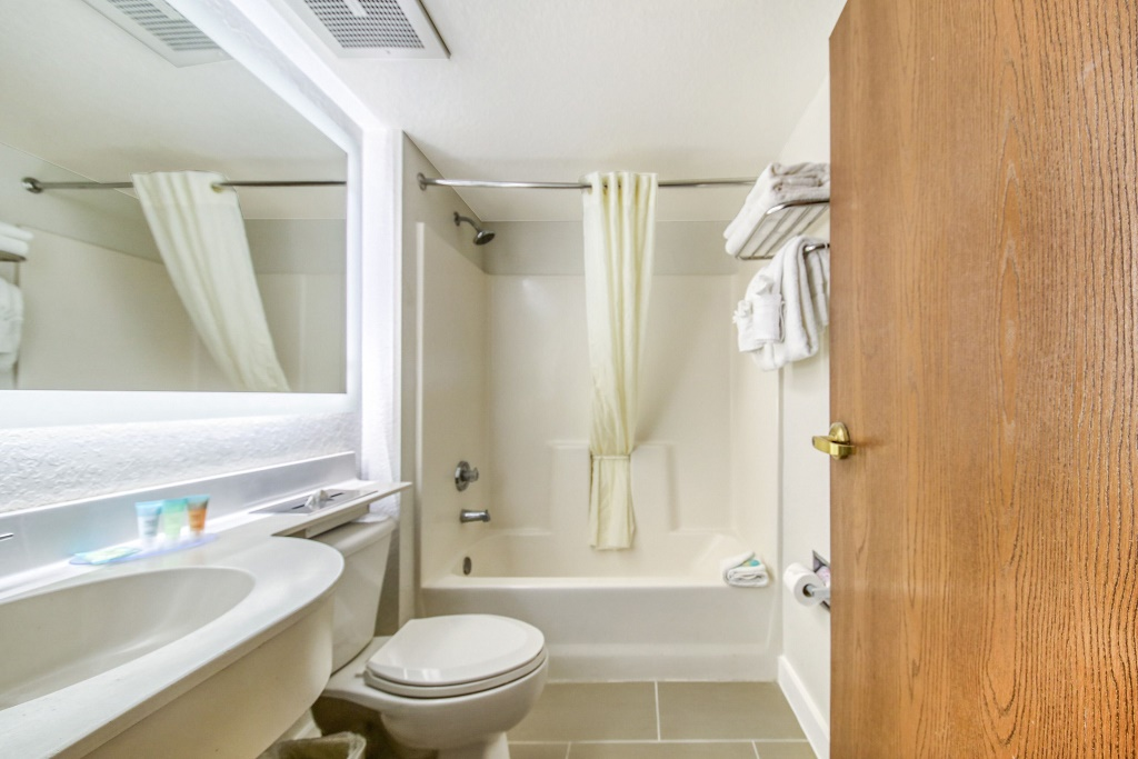 Floridian Hotel and Suites Extended Stay Orlando - Room Bathroom