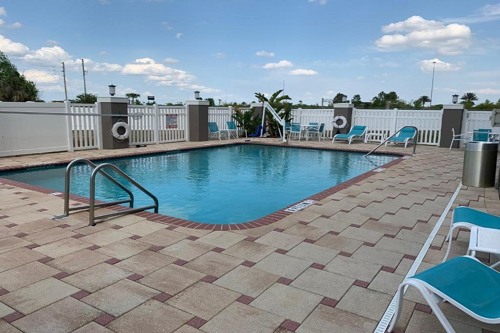 Holiday Inn Express South Davenport - Outdoor Pool-1