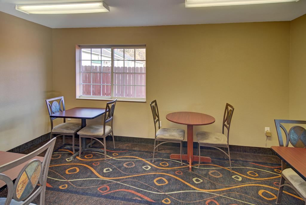 HomeTown Inn & Suites - Dining Area