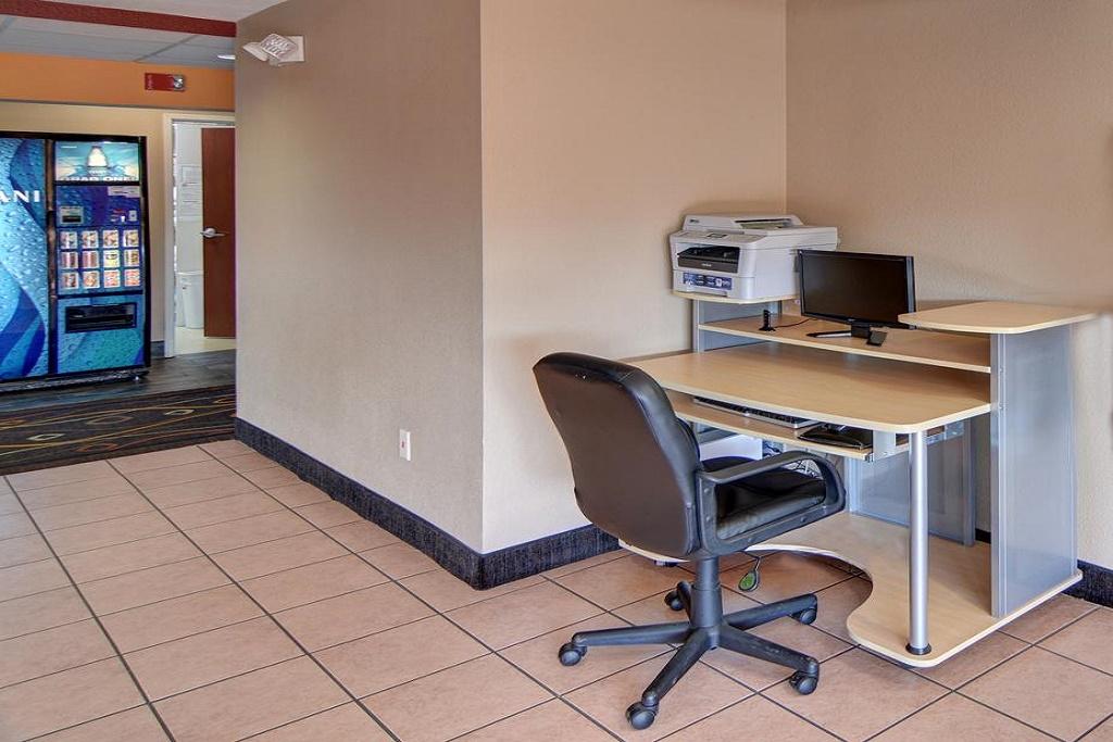 HomeTown Inn & Suites - Business Center