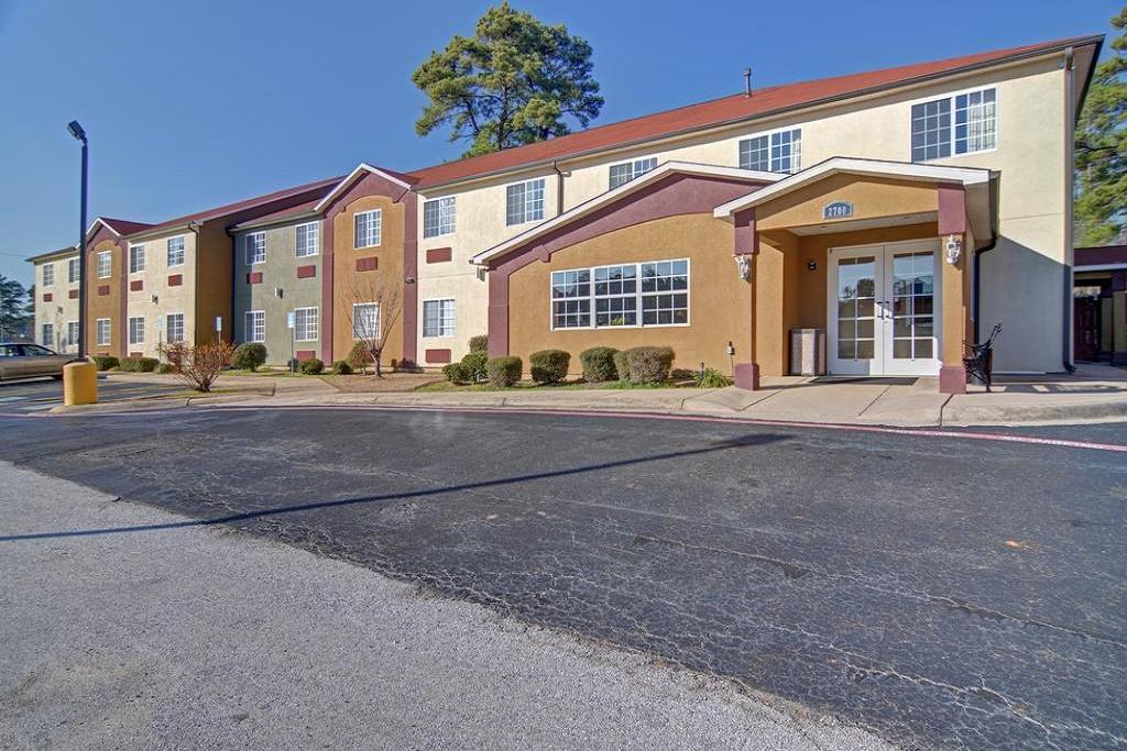 HomeTown Inn & Suites - Exterior-3