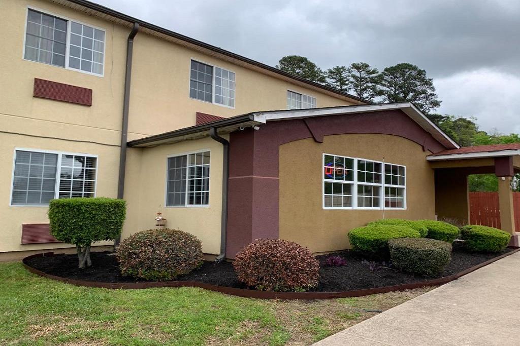 HomeTown Inn & Suites - Exterior-4