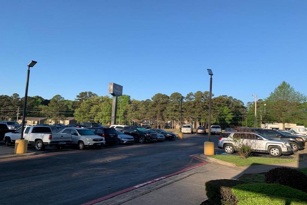 HomeTown Inn & Suites - Exterior Parking Area
