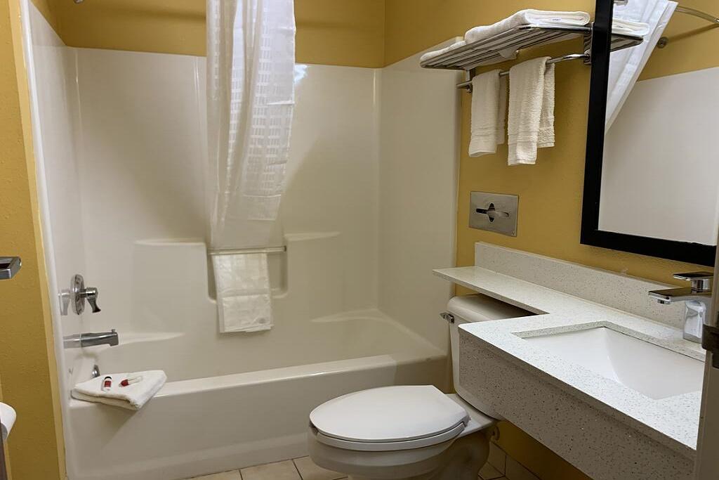 HomeTown Inn & Suites - Room Bathroom