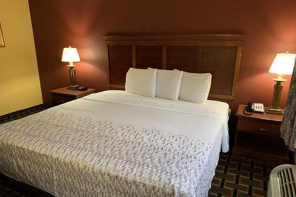 HomeTown Inn & Suites - Single Bed Room-3