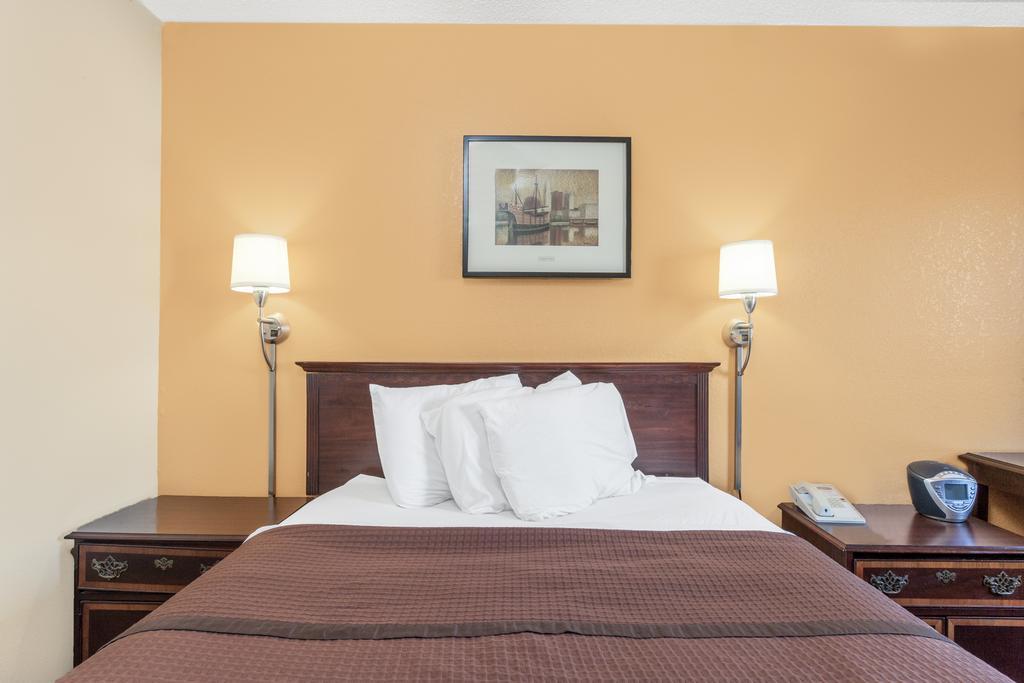Magnuson Hotel Fort Wayne North - Single Bed Room-1
