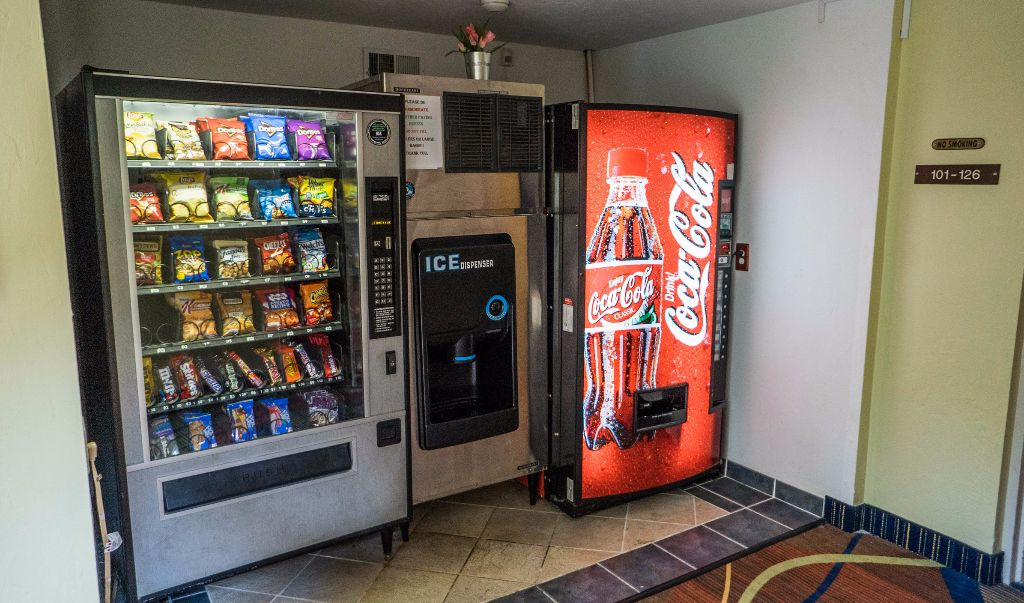 Mariner Motor Lodge Cape Cod - Vending Area