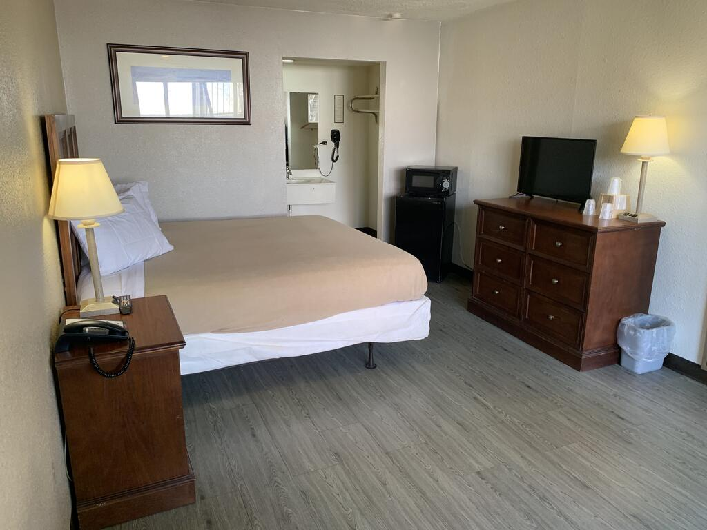 Masters Inn Tuscaloosa - King Bed Room-1