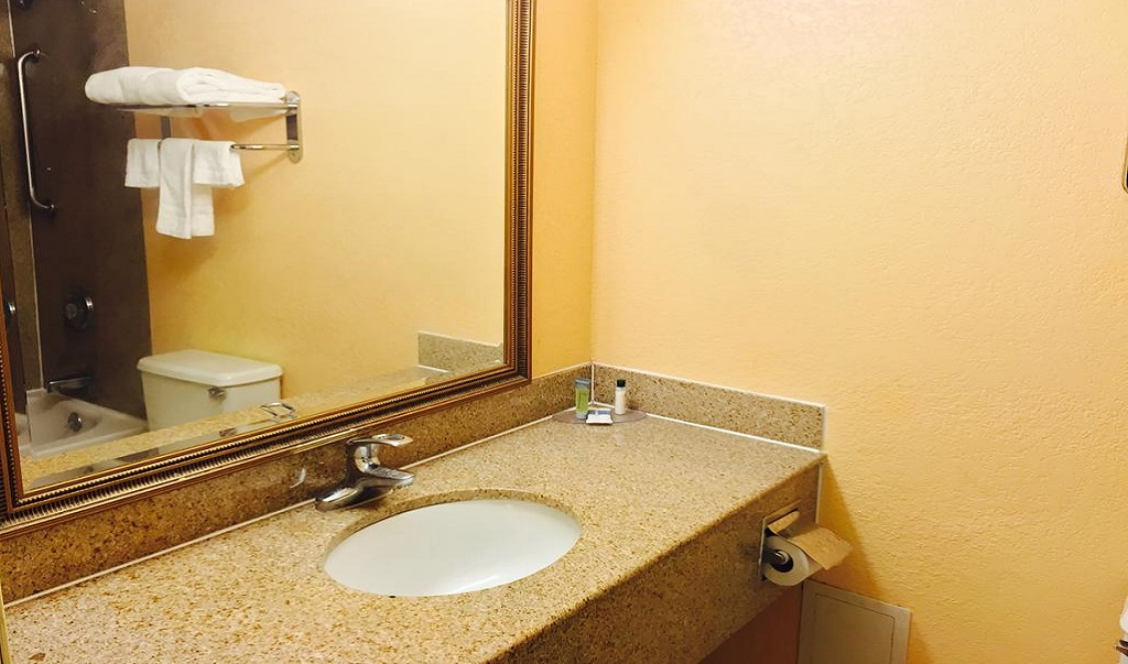 Hotel M & Conference Center - Bathroom