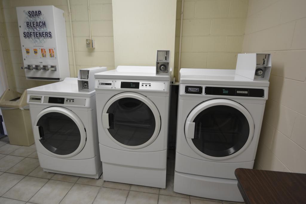 Midpointe Hotel Orlando - Laundry Area