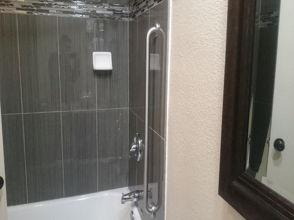 Monterey Fairgrounds Inn - Room Bathroom