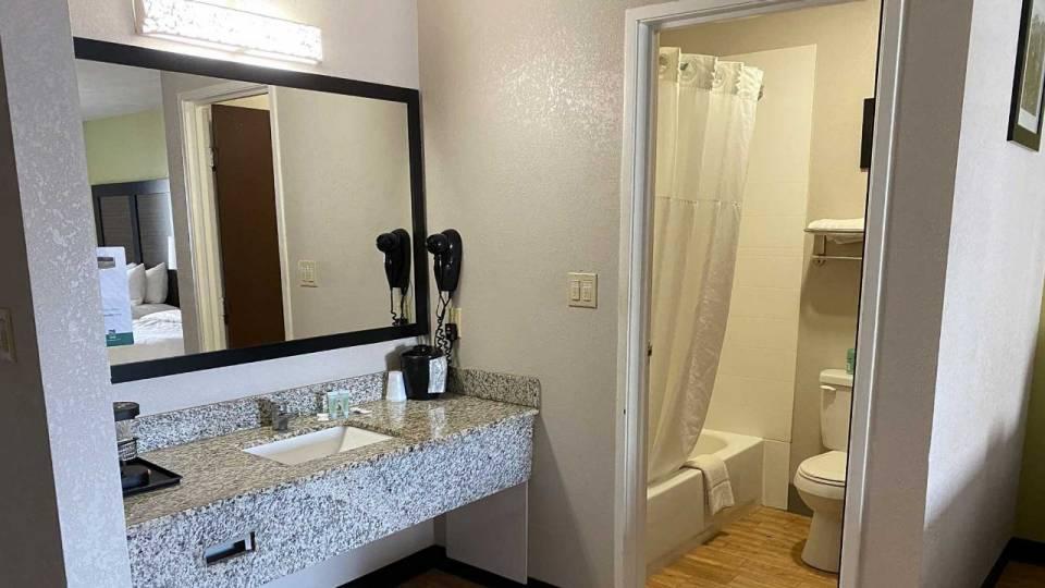 Motel 6 Lancaster - Room Bathroom