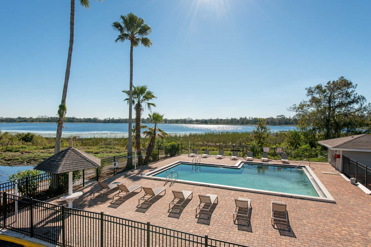 Palazzo Lakeside Hotel Kissimmee - Pool with outside view