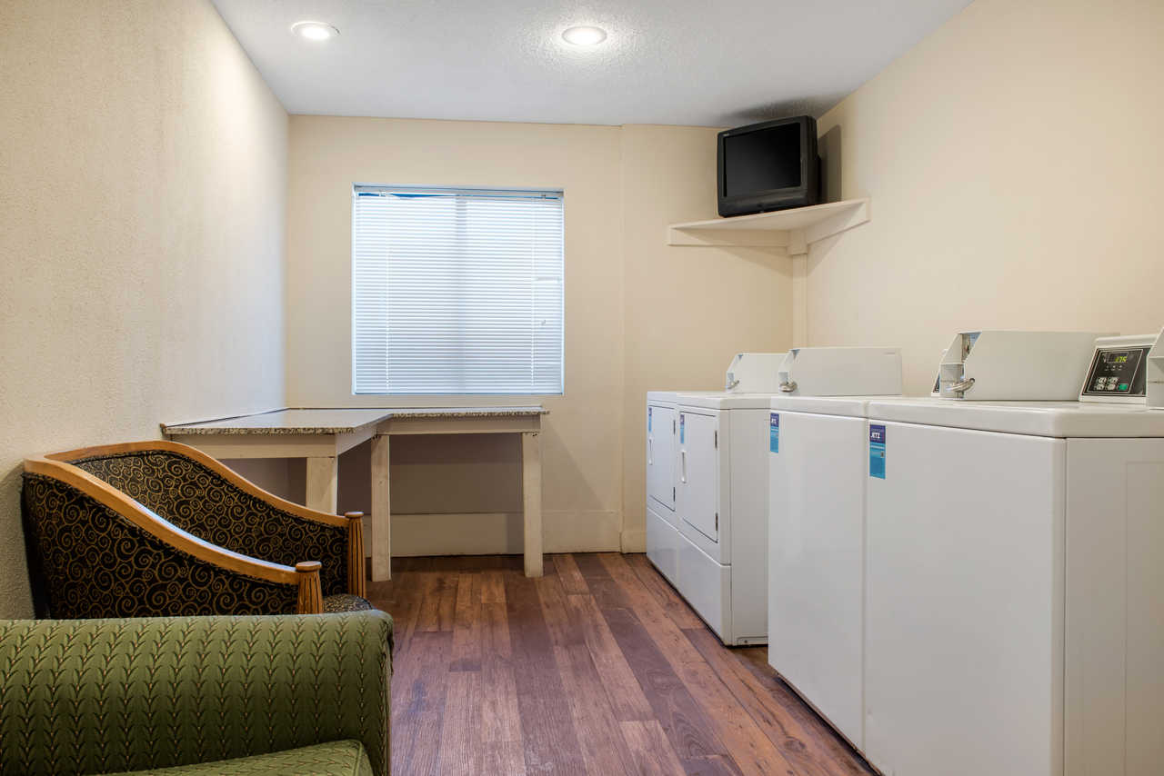 Quality Inn Airport Indianapolis - Laundry Facility
