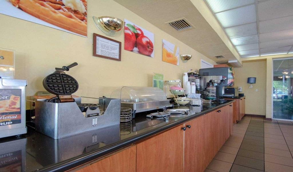 Quality Inn Sarasota North - Breakfast Area-3