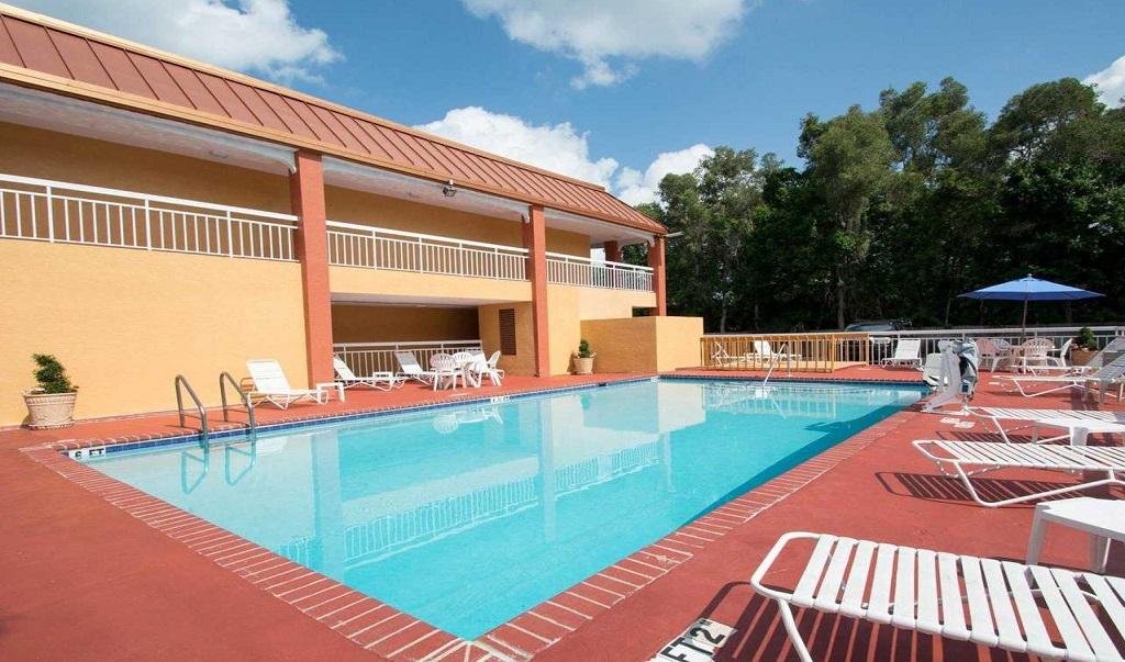 Quality Inn Sarasota North - Pool-1