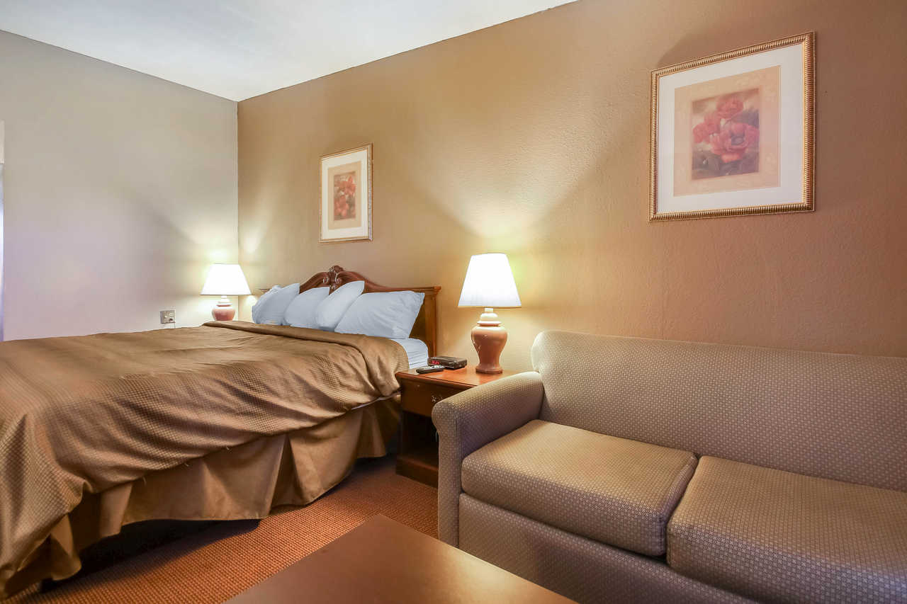 Quality Inn & Suites Beaver Dam - King No Smoking-1