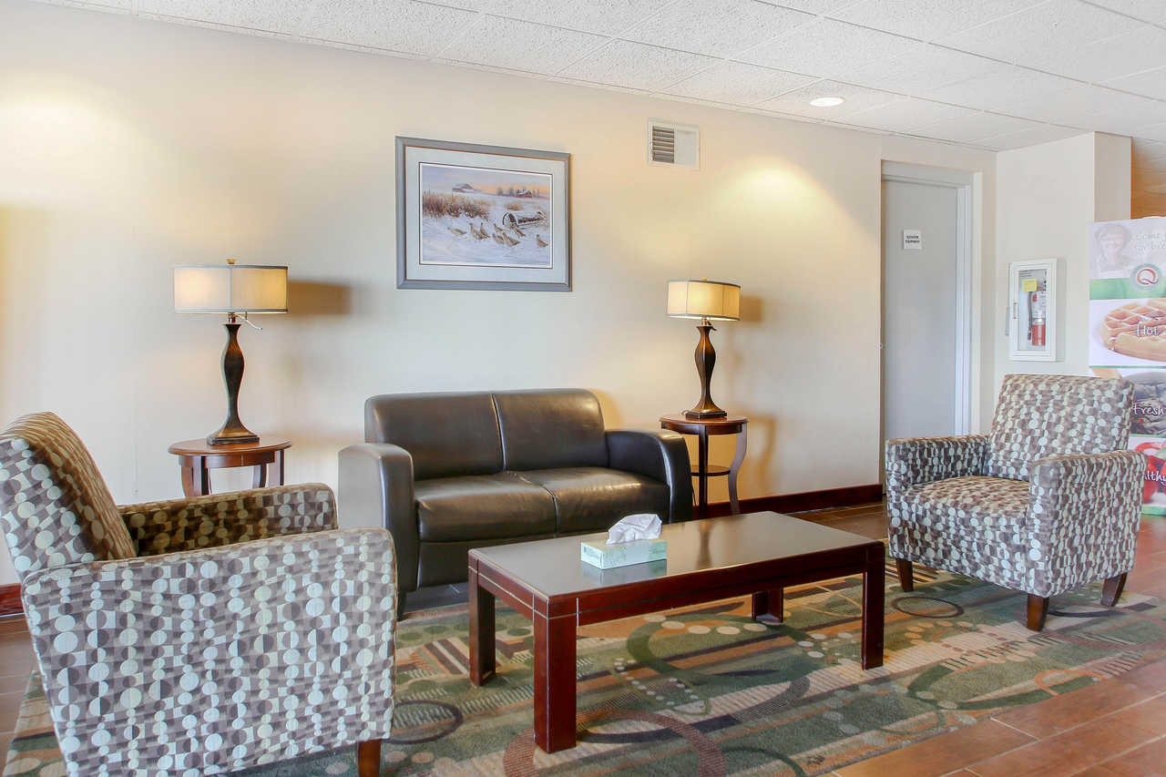 Quality Inn & Suites Beaver Dam - Lobby Area