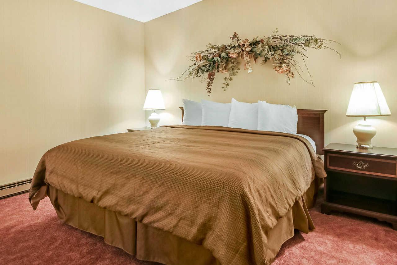 Quality Inn & Suites Beaver Dam - King No Smoking-3