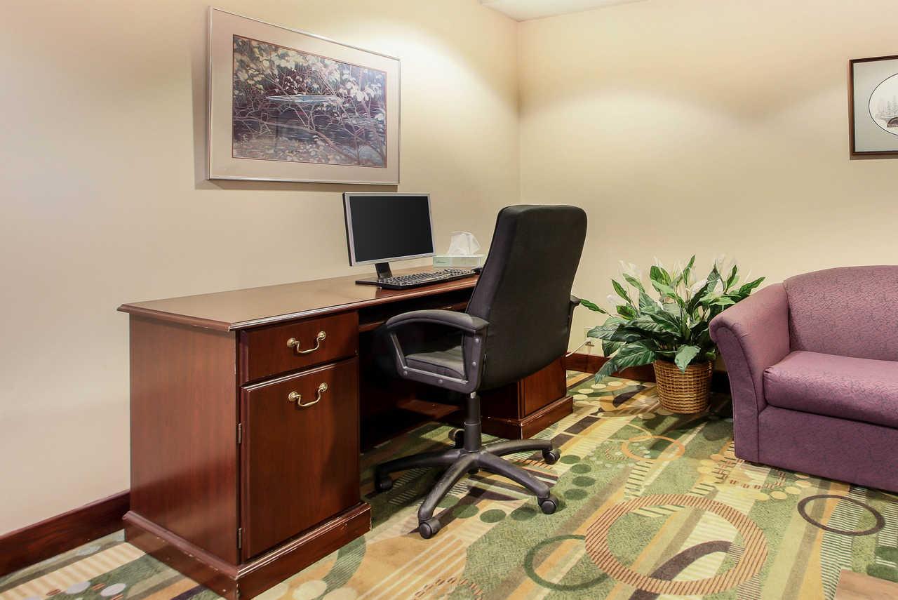 Quality Inn & Suites Beaver Dam - Business Center