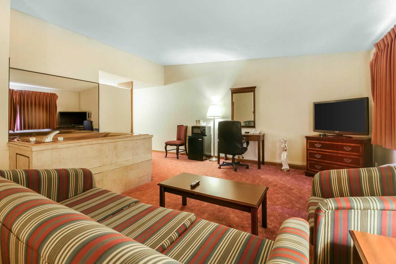 Quality Inn & Suites Beaver Dam - Spacious Suite Room