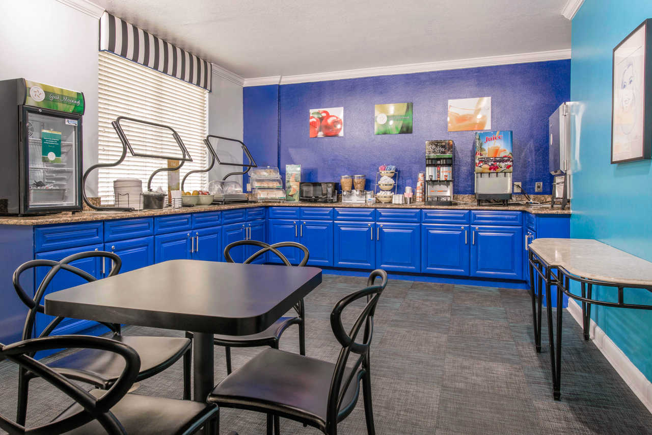 Quality Inn & Suites Orlando Florida Turnpike - Breakfast Area