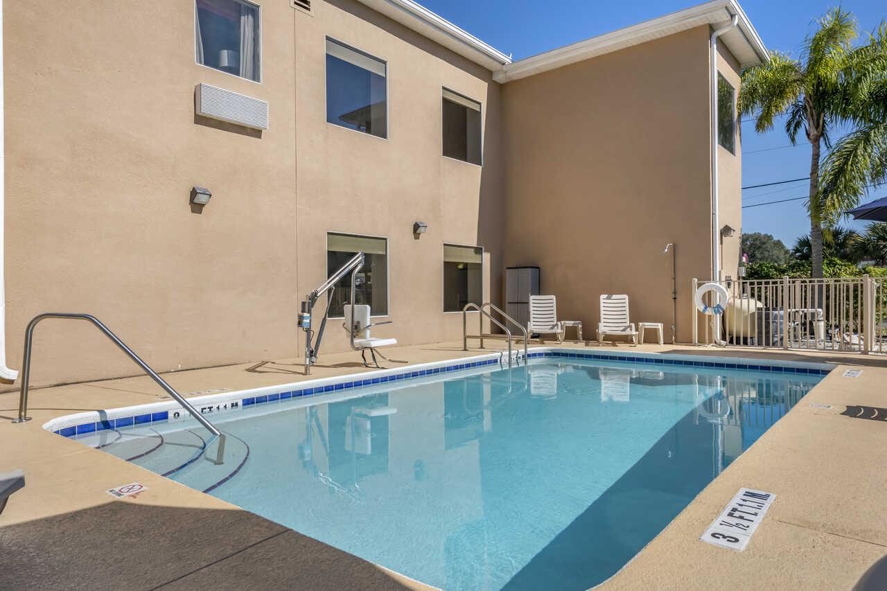 Quality Inn Zephyrhills - Outdoor Pool-2