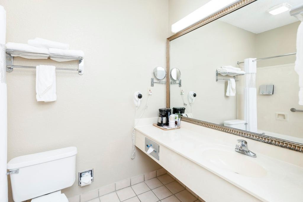 Regency Inn & Suites Biloxi - Room's Bathroom
