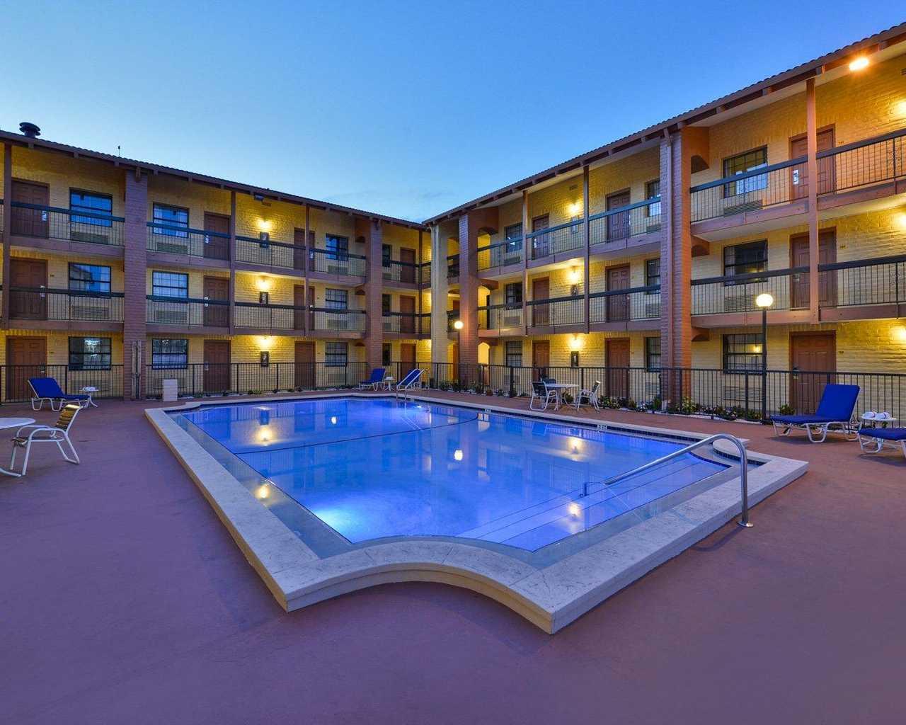 Rodeway Inn & Suites Tampa - Pool-4