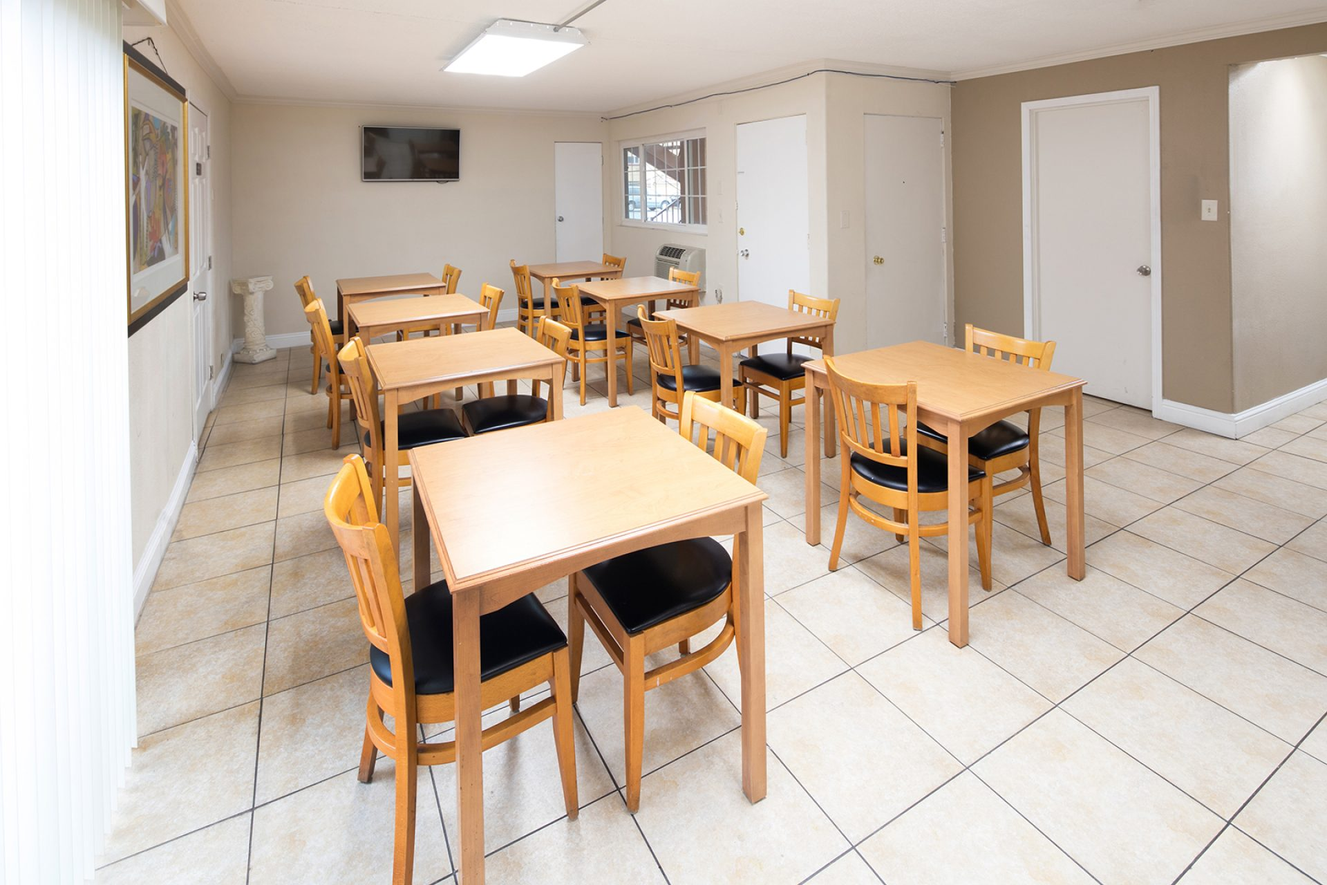 Roy_Inn_and_Suites_Sacramento_Midtown_Breakfast_Area-1