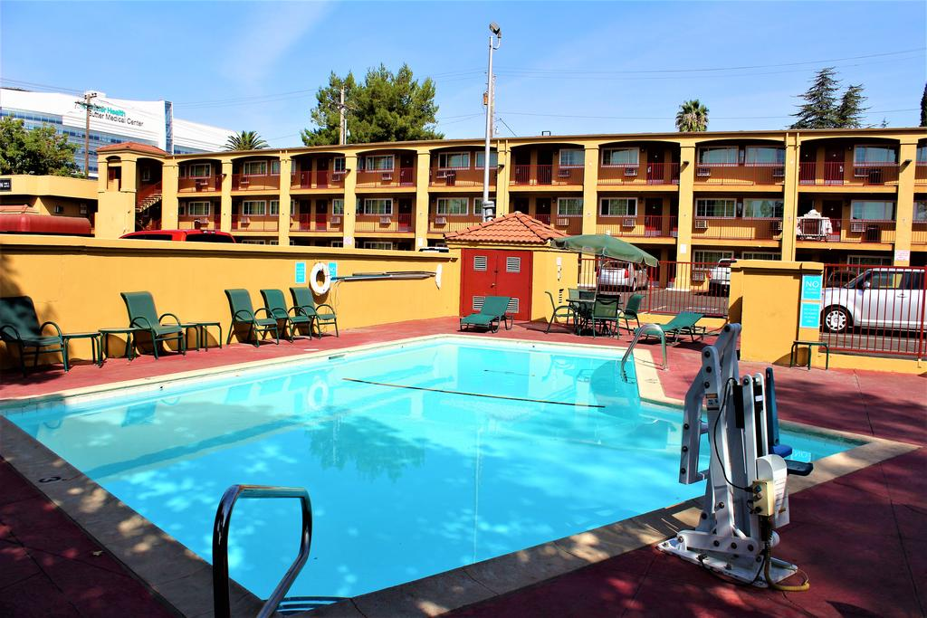 Roy_Inn_and_Suites_Sacramento_Midtown_Pool