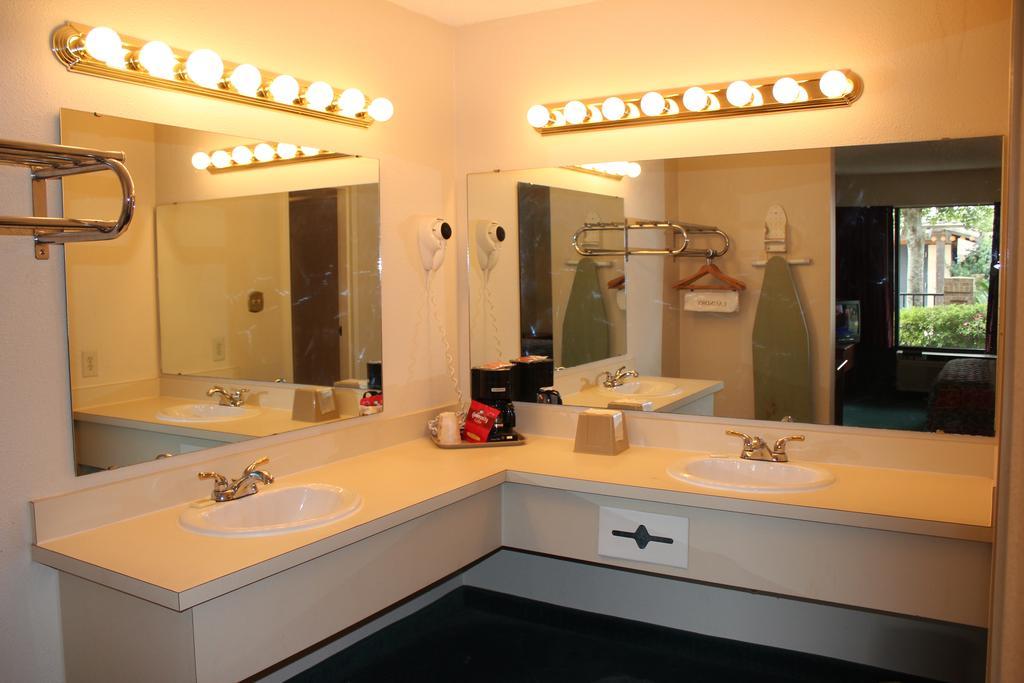 Super Value Inn Valdosta - Room Bathroom