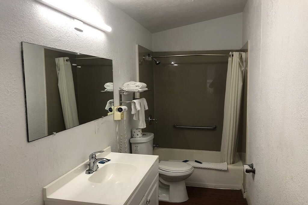 Tarpon Inn - Room Bathroom