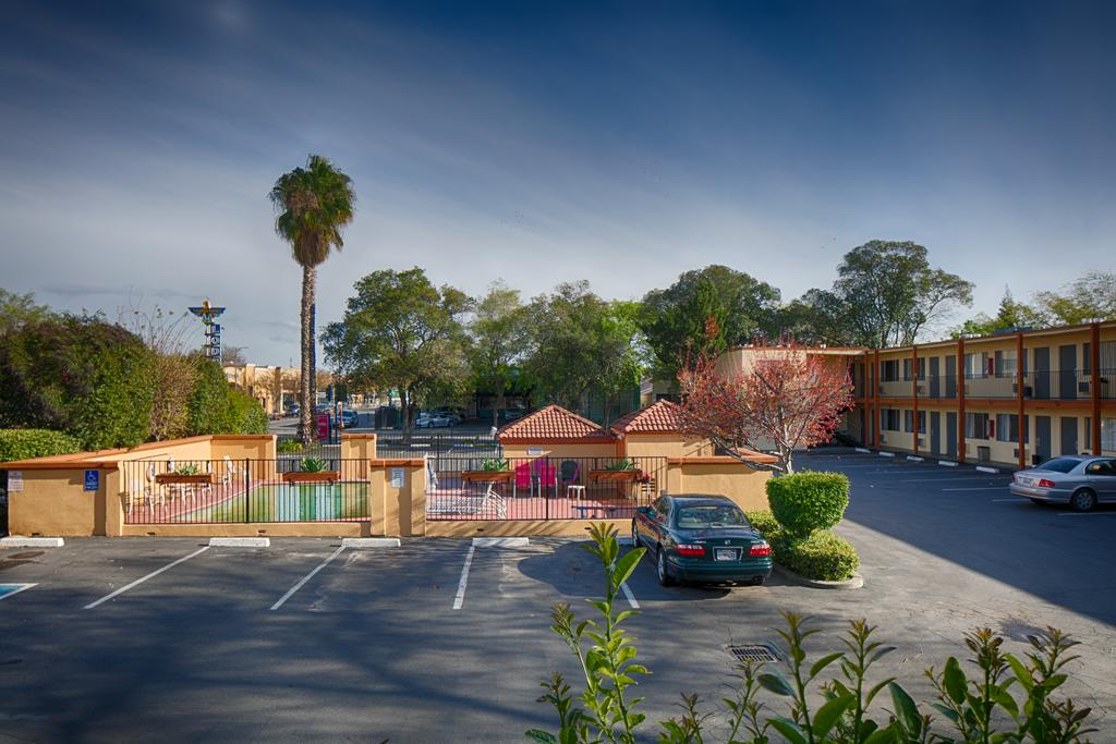 University Inn Chico - Exterior-4