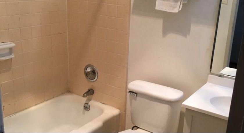 University Lodge Motel - Room Bathroom